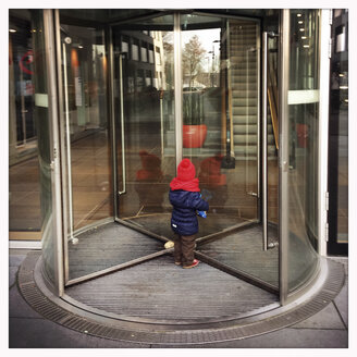 Girl, revolving door, curiosity - GS000645