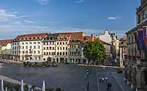 Germany, Thuringia, Weimar, Market Square with hotel, restaurant and houses, right townhall - HWO000089
