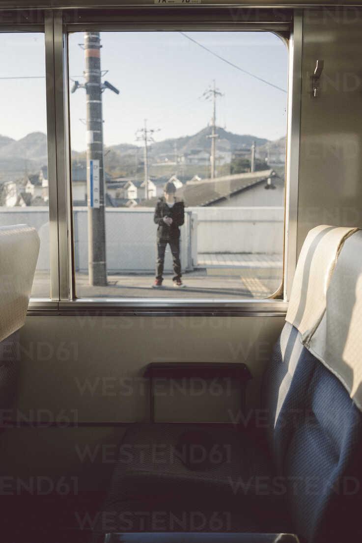 Japan, view from compartment to train platform - FL000355 - Florian Löbermann/Westend61