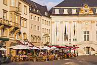 Germany, North Rhine-Westphalia, Bonn, view to marketplace with old city hall, street cafes and restaurants - WD002189