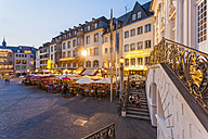Germany, North Rhine-Westphalia, Bonn, view from old city hall to marketplace with street cafes and restaurants at evening twilight - WD002192