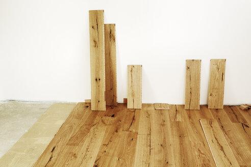 Laying finished oak parquet flooring, close-up - BIF000307