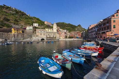 Italy, Liguria, Cinque Terre, Harbour of fishing village Vernazza - AMF001655