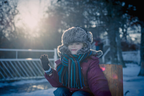 Smiling boy outdoors in winter, portrait - MJF000705