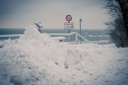 Germany, Mecklenburg-Western Pomerania, Ruegen, Sellin sea bridge in snow - MJF000628