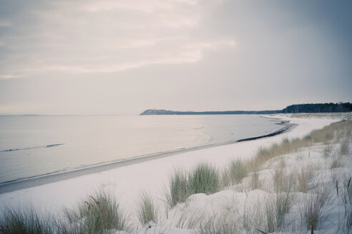 Germany, Mecklenburg-Western Pomerania, Ruegen, Baltic Sea in winter - MJF000681