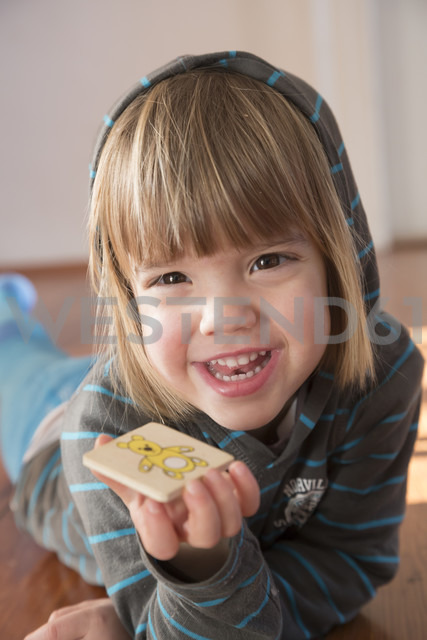 Portrait of smiling little girl with hoodie sweater - LV000490 - Larissa Veronesi/Westend61