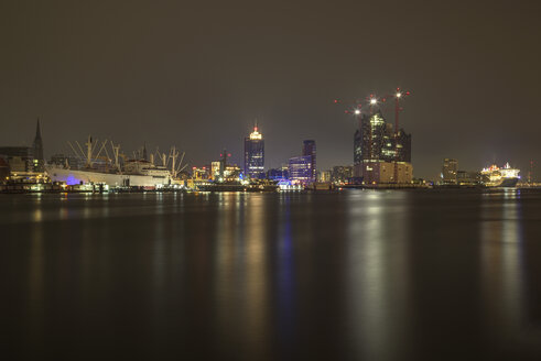Germany, Hamburg, View from Schanzenweg to Elbphilharmonie at night, right museum ship Cap San Diego - TI000024