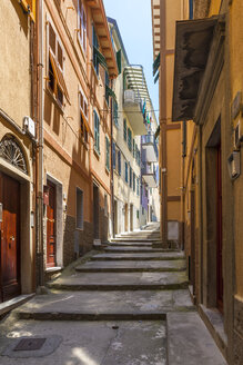 Italy, Liguria, La Spezia, Cinque Terre, Manarola, view to narrow alley - AMF001760