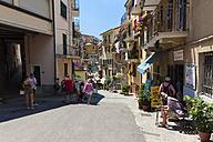 Italy, Liguria, La Spezia, Cinque Terre, Manarola, view to alley with tourists - AM001761