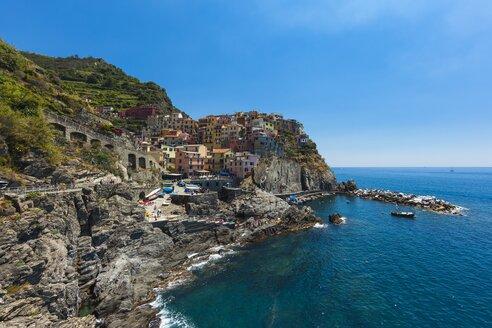 Italy, Liguria, La Spezia, Cinque Terre, Manarola, view to coastline and village - AMF001769