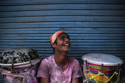 India, Uttar Pradesh, Mathura, musician during Holi, spring festival, festival of colours - JBA000017