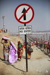 India, Uttar Pradesh, Allahabad, Kumbh Mela pilgrimage, People on the go - JBA000083