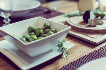 Bowl of olives - MJF000858