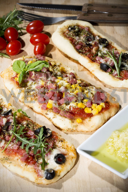 Pizza rolls, with ham, salami, mozzarella, tomato, rucola, maize and olives - MAEF007702