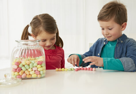 Germany, Munich, Boy and girl with candy jar - FSF000161