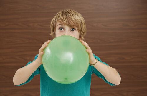 Germany, Boy inflatiing balloon - FSF000201