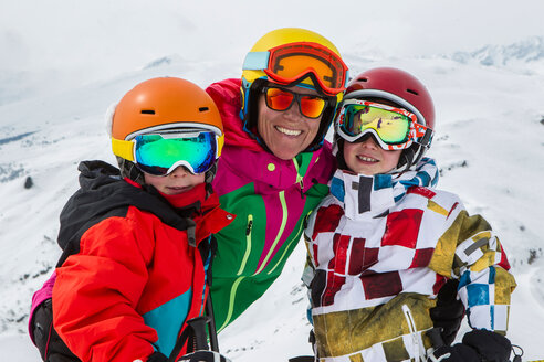 Switzerland, Grisons, Obersaxen, female skier and her two sons - EGF000044