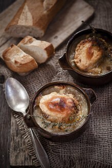 Gratinee onion soup with thyme in bowls and baguette - SBDF000595