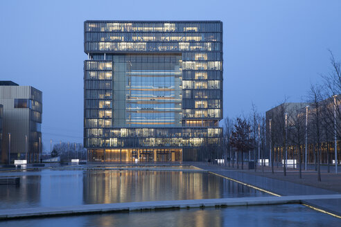 Germany, North Rhine-Westphalia, Essen, Krupp-Guertel, lighted headquarter of ThyssenKrupp at evening twilight - WI000358