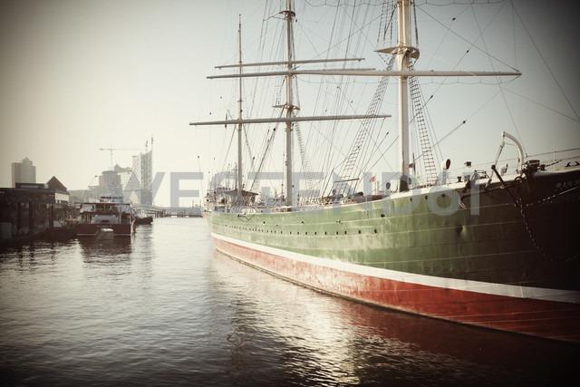 Germany, Hamburg, Sailing ship Rickmer Rickmers on River Elbe - HOH000473 - Fotomaschinist/Westend61