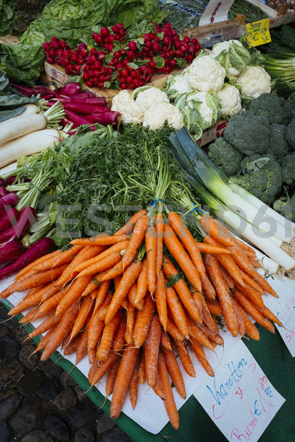 Germany, Baden-Wuerttemberg, Freiburg, vegetable market, different vegetables - EL000841