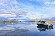 USA, Alaska, Katmai Nationalpark, King Salmon, Motorboat on Naknek Lake - FO005910