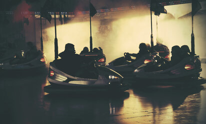 Group of teenagers in bumper cars - HOH000478