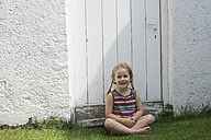 Portrait of smiling little girl - CRF002575