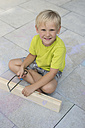 Little boy with saw and wooden bar - CRF002579
