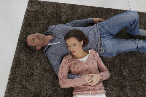 Couple sleeping on the floor - RBYF000422
