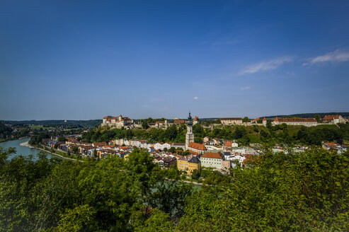 Germany, Bavaria, Burghausen, Cityscape with castle and church - EJWF000305