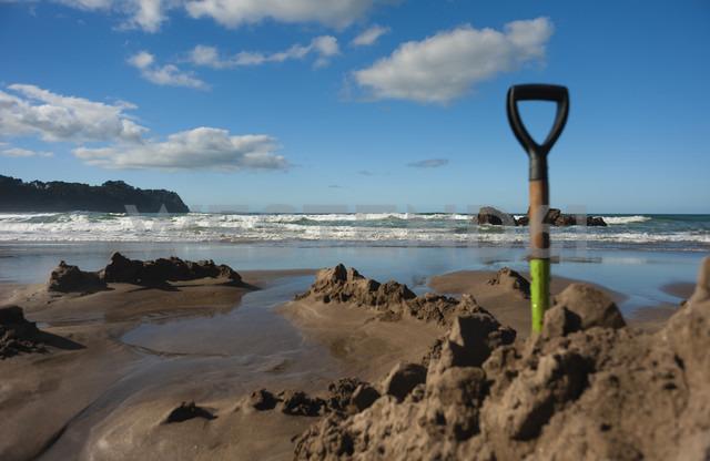 New Zealand, North Island, Waikato, Coromandel Peninsula, Hot Water Beach, thermal pool with spade - JB000026
