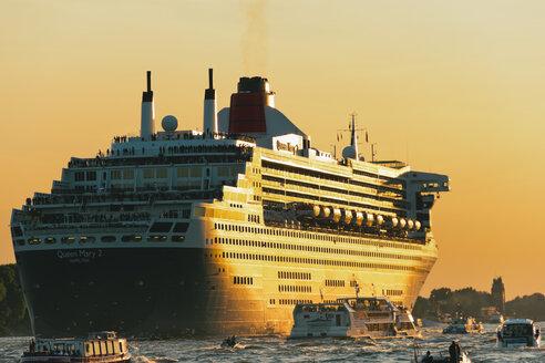 Germany, Hamburg, Cruise liner Queen Mary 2 leaving Hamburg Harbour - MS003357