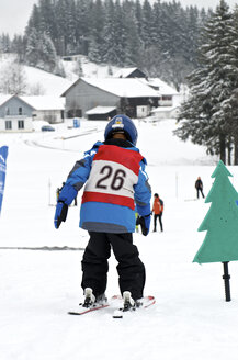 Germany, Eschach, Boy in ski school - JED000139