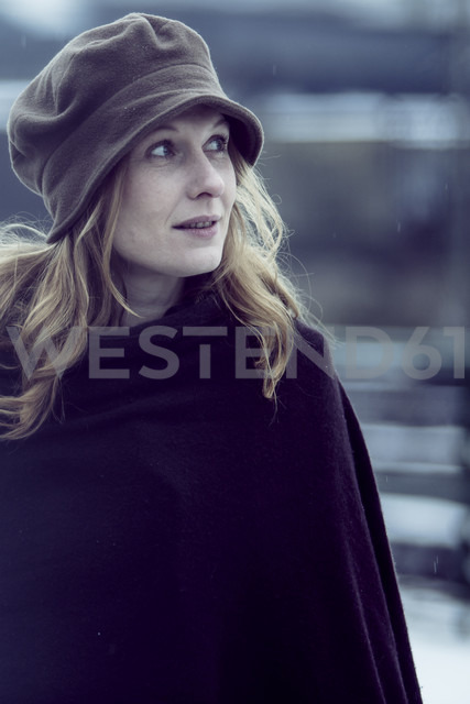 Portrait of smiling woman in winter - NG000084 - Nadine Ginzel/Westend61