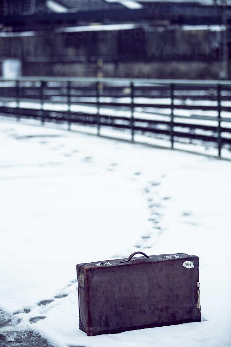 Old suitcase standing in snow on platform - NG000088 - Nadine Ginzel/Westend61