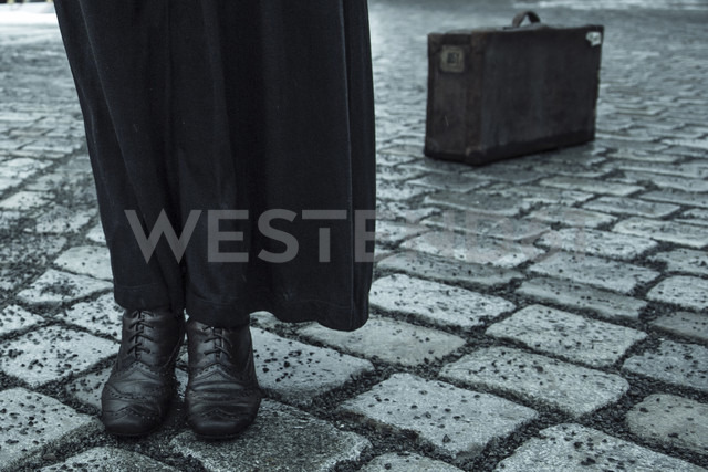 Woman standing on pavement, low section - NG000091 - Nadine Ginzel/Westend61