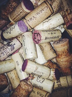 Bunch of corks from red wine bottles - MEA000218