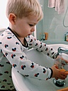 Little boy to drink from the bathroom sink - MEAF000134