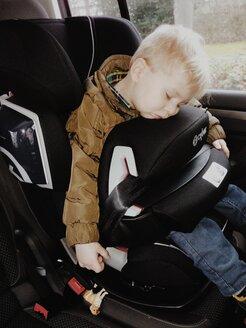 Sleeping child m2 sitting in his car seat, Bonn, NRW, Germany - MEA000155