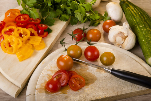 Chopped tomato on chopping board - CSTF000040