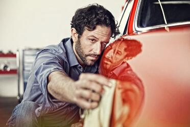 Man polishing his vintage car - SE000569