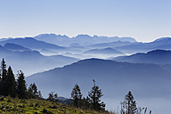 Germany, Upper Bavaria, Bavaria, Chiemgau Alps, Aschau, View from  Kampenwand, in the background Watzmann and Steinernes Meer - SIEF005102