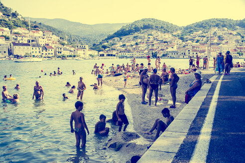 Croatia, Brac, People on beach of Pucisca - DIS000593