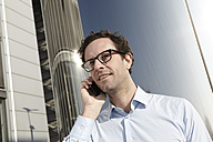 Portrait of man telephoning with smartphone - FMK000979