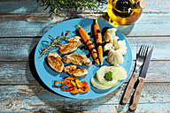 Chicken filets with cauliflower, carrots and bell pepper - MAEF007978
