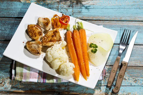 Chicken filets with cauliflower, carrots and bell pepper - MAEF007976