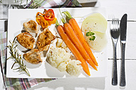 Chicken filets with cauliflower, carrots and bell pepper - MAEF007973