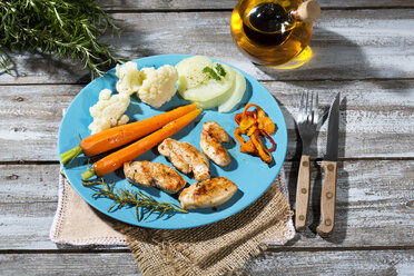 Chicken filets with cauliflower, carrots and bell pepper - MAEF007969